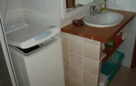Machine à laver le linge dans la salle de bain