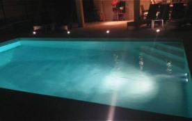 piscine et terrasse de nuit
