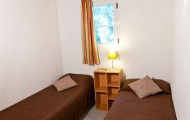Une petite chambre avec 2 lits simples