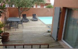 Terrasse sous olivier au bord de la piscine