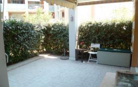 En rez-de-jardin dans résidence de grand standing avec piscines (dont 1 pour enfants) et parc.