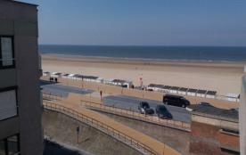 Modern bemeubelde studio met zonneterras en zicht op zee.
