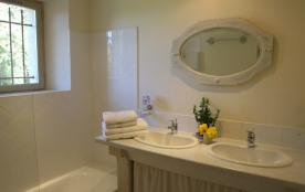 Mas Augusta, salle de bains chb jaune & chb rouge