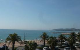 Dans un immeuble face aux plages et à 100 m des commerces, beau 3 pièces avec vue sur mer au 2ème...
