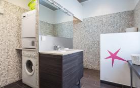 Salle d'eau + coin buanderie avec machines à laver et à sécher