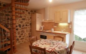 Les gîtes sont aménagés dans une très belle maison de pierre située au cœur d'une jolie vallée ve...