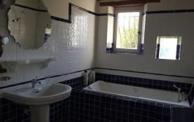 Grande sdb baignoire, vide, labavo wc a l'etage