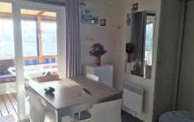 une table 8 personnes  sur la terrasse et une table avec rallonge a l'intérieur.