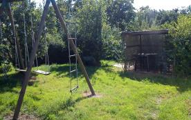 jardin extérieur, equipé d'une balancoire et une pergola