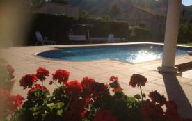 En été la piscine partagée à disposition. Des horaires d'ouverture sont fixés .