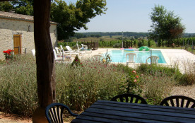 Gites, natures, authentiques, en campagne avec piscine et ( chambre) cabane dans un majestueux tilleul.