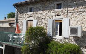 Gîtes situé au cœur du village de Saint Remèze, maison en pierre donnant sur route comprenant 2 g...