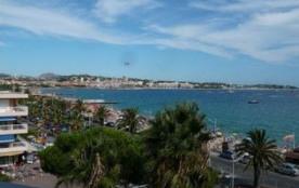 Dans un immeuble de standing construit en 1987, face à la mer et à la plage, aux abords de Port F...