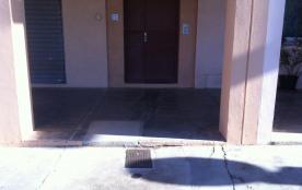 Porte d'entée de l'immeuble fermant à clé.