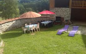 la cour intérieur gazonnée et pavée avec barbecue