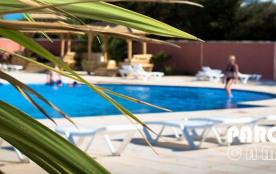 BUNGALOW 6 places 33 m² - 3 CHAMBRES - Situé au cœur d'une pinède ombragée à 940 m de la mer le CAMPING PARC BELLEVUE...