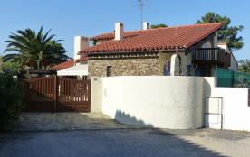 L'entrée de la villa vue de la place (impasse)