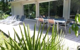 terrasse entre piscine et foret