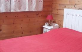 Chambre R de C Lit 2 personnes Table + lampe chevet Rideau de déco Vélux /rideau