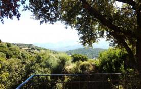 vue de la terrasse : la montagne et ses villages qui s'éclairent le soir