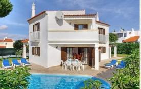 Belle villa moderne établie sur un beau jardin avec piscine privée.