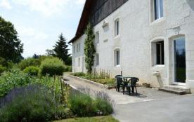 Très belle ferme comtoise (XVIIIe siècle), en pleine nature, où sont aménagés 2 gîtes ruraux tota...