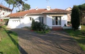 Villa de 90 m² environ pour 7 personnes, située à 900 m des plages et à 300 m des commerces, au c...
