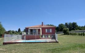 En basse Ardèche, cette villa de grand confort est située sur les hauteurs de Viviers dans en environnement de chêne ...