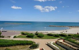 La mer et la plage au pied de la Résidence, appartements meublés de standing avec jardin ou terrasse.