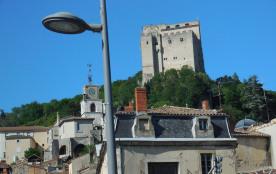 vue sur le donjon de Crest  et sa vieille ville  typique