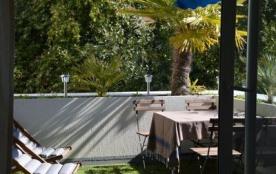 Terrasse avec salon de jardin en teck (4 chaises ) + 2 chiliennes et transats