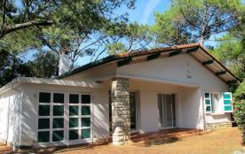 Villa de plain-pied sur jardin de 760 m² quartier calme, à 350 m de l'océan, 450 m du lac marin e...