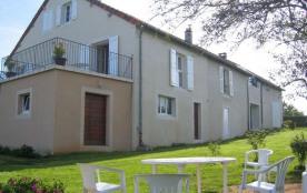 Gîte n° 734. Au cœur d'un village vigneron, à 2 pas de Lons Le Saunier, dans une vaste maison ind...