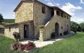 Très jolie maison de pierre logée sur une colline et bénéficiant d'une jolie vue.