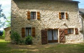 St Salvadou - Belle maison où vous pourrez apprécier le grand jardin idéal pour la détente.