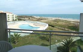 Belle location saisonnière en bord de mer avec accès direct a la plage de sable fin.