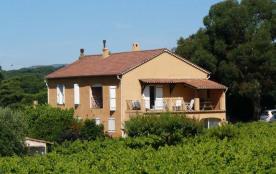 Appartement dans maison de 5 hébergements dont 3 gîtes sur une exploitation viticole.