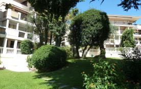 Appartement (avec store et jardinière, 2e étage sous le Penthouse de gauche)