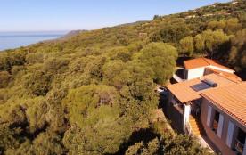 un autre angle de vue de la villa Au premier plan les fenêtres du séjour