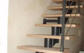 Escalier donnant accès à la chambre, la salle de bain et WC séparés