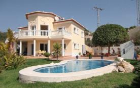 Très belle villa confortable et bien équipée, avec une petite vue mer. Elle est située dans le qu...