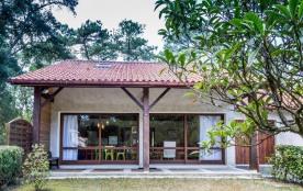 Villa mitoyenne, dans un environnement calme et verdoyant. Terrain boisé et clos d'environ 500 m²
