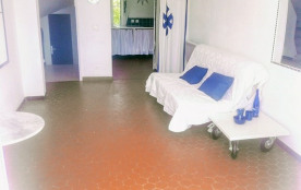 salle de bain (porte bleue au fond a gauche)