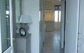 Entrée avec la chambre à droite et la salle d'eau