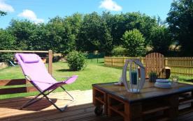 La terrasse et le jardin clos sur l'arrière