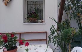 La cour commune.salon de jardin devant la cuisine des propriétaires idéal pou...