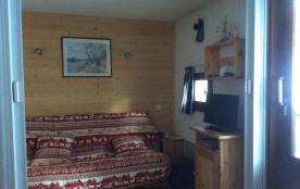 le salon  avec canapé -lit et rideau de fermeture