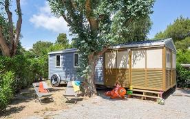 Idéal en famille ! Le mobile home « SOLEO » (5/6 couchages) dispose d'une terrasse couverte.