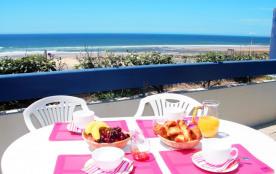 Construite sur la dune des plages sud de Mimizan, la résidence se trouve à 50 mètres face à l'océan