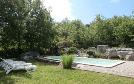 Maison indépendante en pleine nature avec une piscine privée.